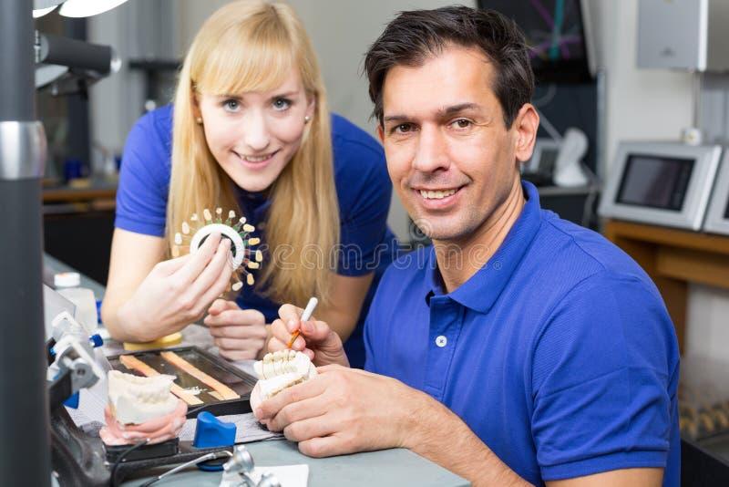 Δύο οδοντικοί τεχνικοί που επιλέγουν το χρώμα στοκ εικόνες