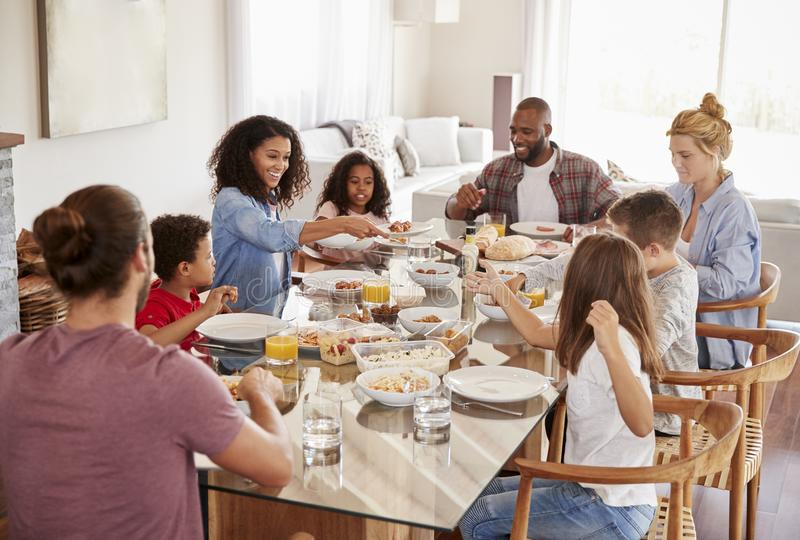 Δύο οικογένειες που απολαμβάνουν το γεύμα στο σπίτι από κοινού στοκ εικόνα με δικαίωμα ελεύθερης χρήσης