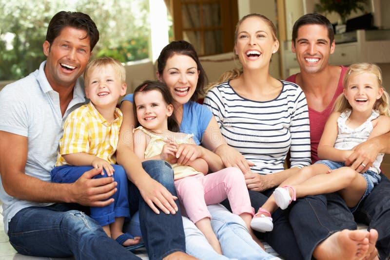 Δύο οικογένειες που κάθονται έξω από το σπίτι στοκ εικόνα