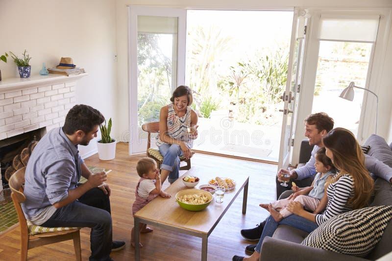 Δύο οικογένειες που συγκεντρώνονται στο σπίτι στοκ εικόνα με δικαίωμα ελεύθερης χρήσης