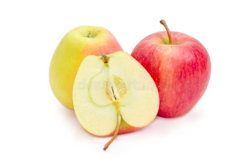 Δύο ολόκληρα και διχοτομούν των κόκκινων και κίτρινων μήλων στοκ εικόνες με δικαίωμα ελεύθερης χρήσης