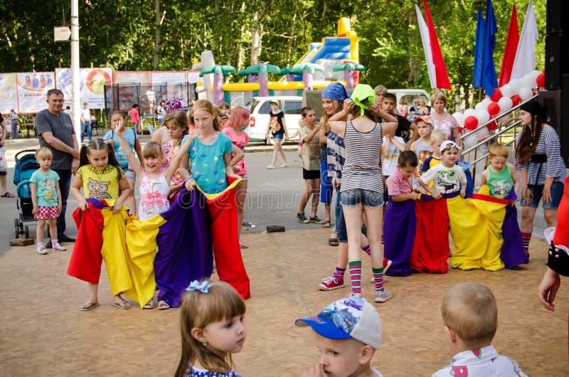 Δύο ομάδες παιδιών έτοιμες να φύγουν στους ραμμένους σάκους σε ένα κόμμα πειρατών στοκ φωτογραφία με δικαίωμα ελεύθερης χρήσης
