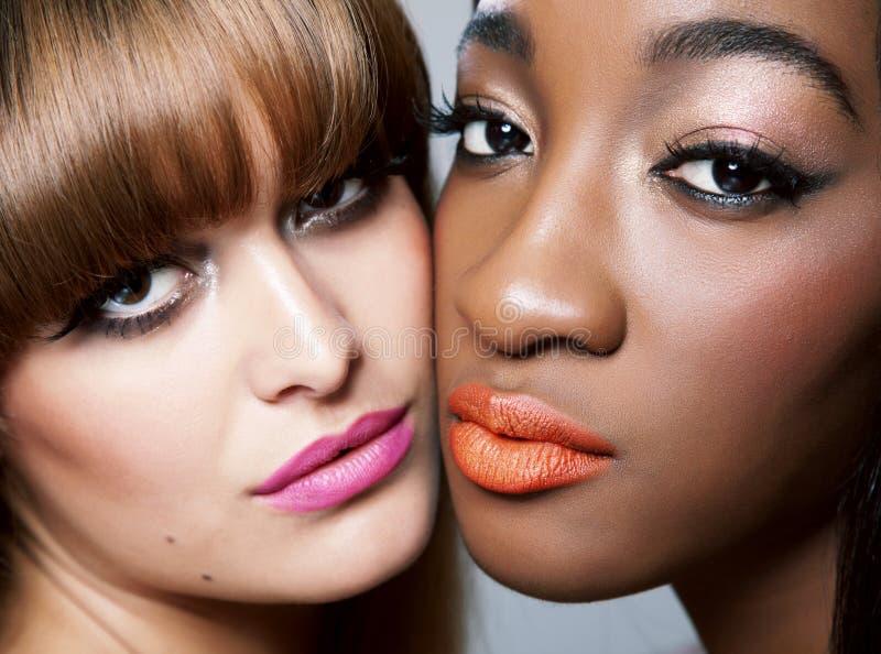Δύο ομορφιές με το τέλειο δέρμα στοκ εικόνες