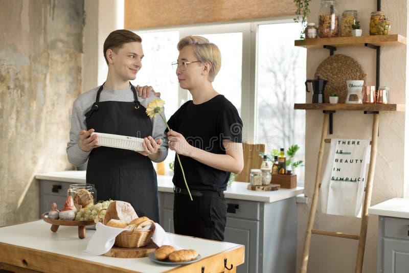 Δύο ομοφυλόφιλοι στην κουζίνα το πρωί, ένας Ασιάτης δεύτερος ευρωπαϊκ στοκ φωτογραφία με δικαίωμα ελεύθερης χρήσης