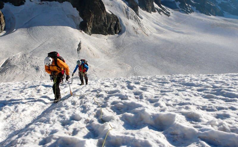 Δύο ορειβάτες βουνών σε έναν υψηλό αλπικό παγετώνα στοκ φωτογραφία με δικαίωμα ελεύθερης χρήσης