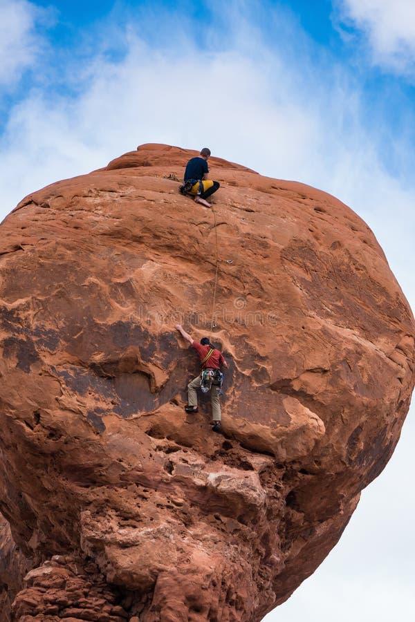 Δύο ορειβάτες βράχου σε ένα hoodoo στη Γιούτα στοκ φωτογραφία με δικαίωμα ελεύθερης χρήσης