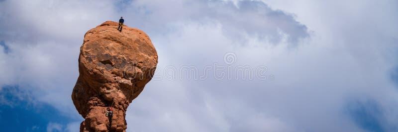 Δύο ορειβάτες βράχου σε ένα hoodoo στη Γιούτα στοκ εικόνες