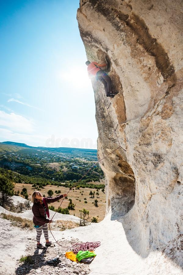 Δύο ορειβάτες εκπαιδεύουν στοκ εικόνα με δικαίωμα ελεύθερης χρήσης