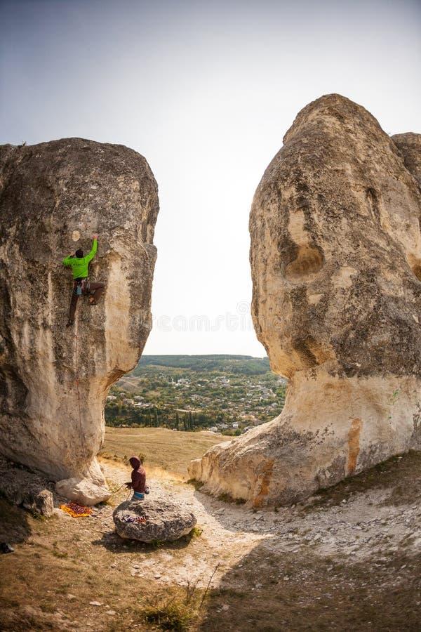 Δύο ορειβάτες εκπαιδεύουν στοκ φωτογραφία με δικαίωμα ελεύθερης χρήσης