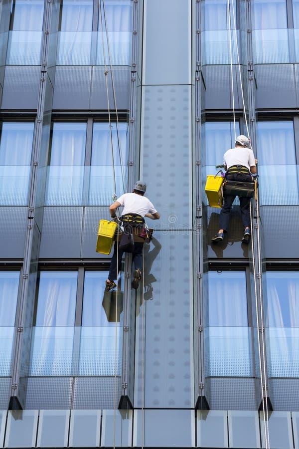 Δύο ορειβάτες πλένουν τα παράθυρα στοκ φωτογραφία με δικαίωμα ελεύθερης χρήσης