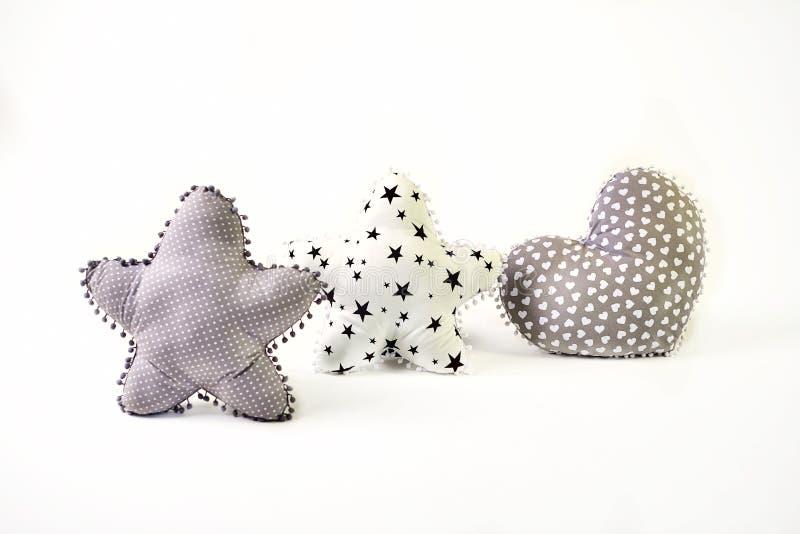 Δύο πέντε-δειγμένο διαμορφωμένο αστέρι μαξιλάρι και διαμορφωμένο καρδιά μαξιλάρι στο άσπρο υπόβαθρο στοκ φωτογραφία με δικαίωμα ελεύθερης χρήσης