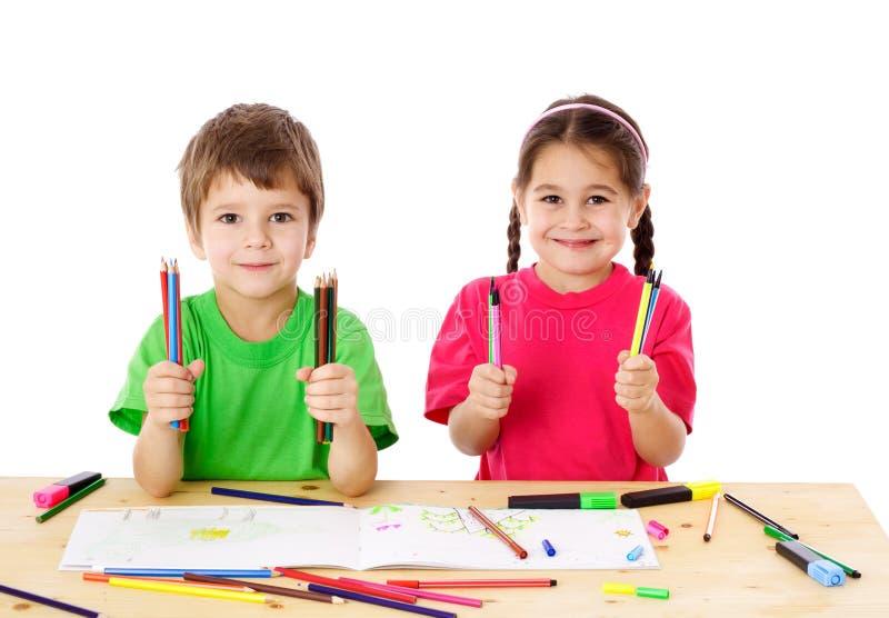 Δύο παιδάκια με τα μολύβια χρώματος στοκ φωτογραφίες με δικαίωμα ελεύθερης χρήσης