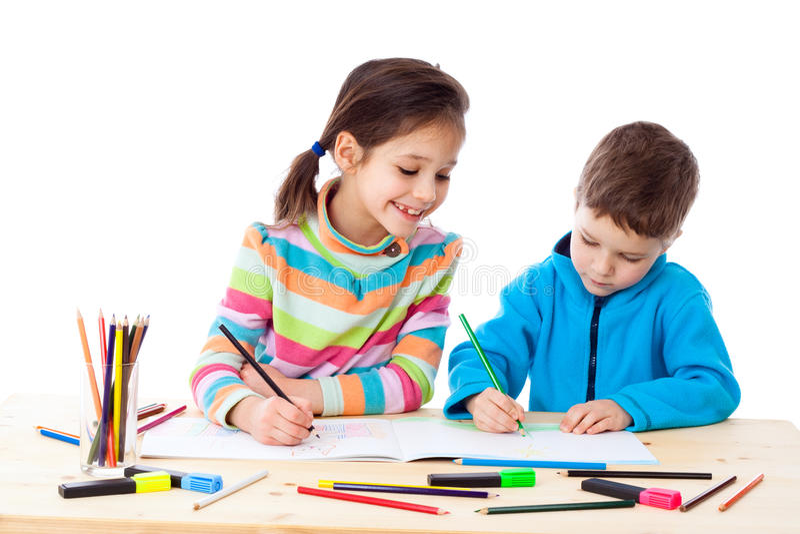 Δύο παιδάκια σύρουν με τα κραγιόνια στοκ φωτογραφία με δικαίωμα ελεύθερης χρήσης
