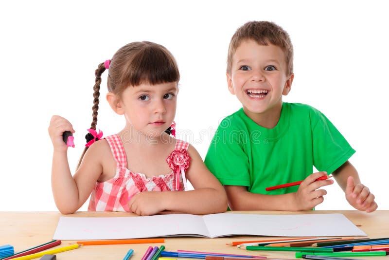 Δύο παιδάκια σύρουν με τα κραγιόνια στοκ εικόνα με δικαίωμα ελεύθερης χρήσης