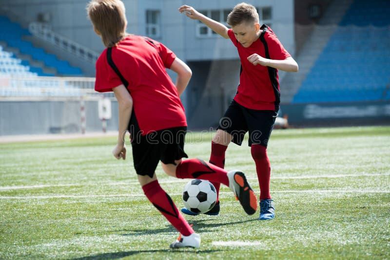 Δύο παιδιά στον αγώνα ποδοσφαίρου στοκ εικόνα με δικαίωμα ελεύθερης χρήσης