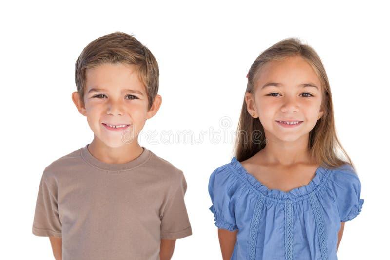 Δύο παιδιά που στέκονται και που χαμογελούν στη κάμερα στοκ φωτογραφία με δικαίωμα ελεύθερης χρήσης