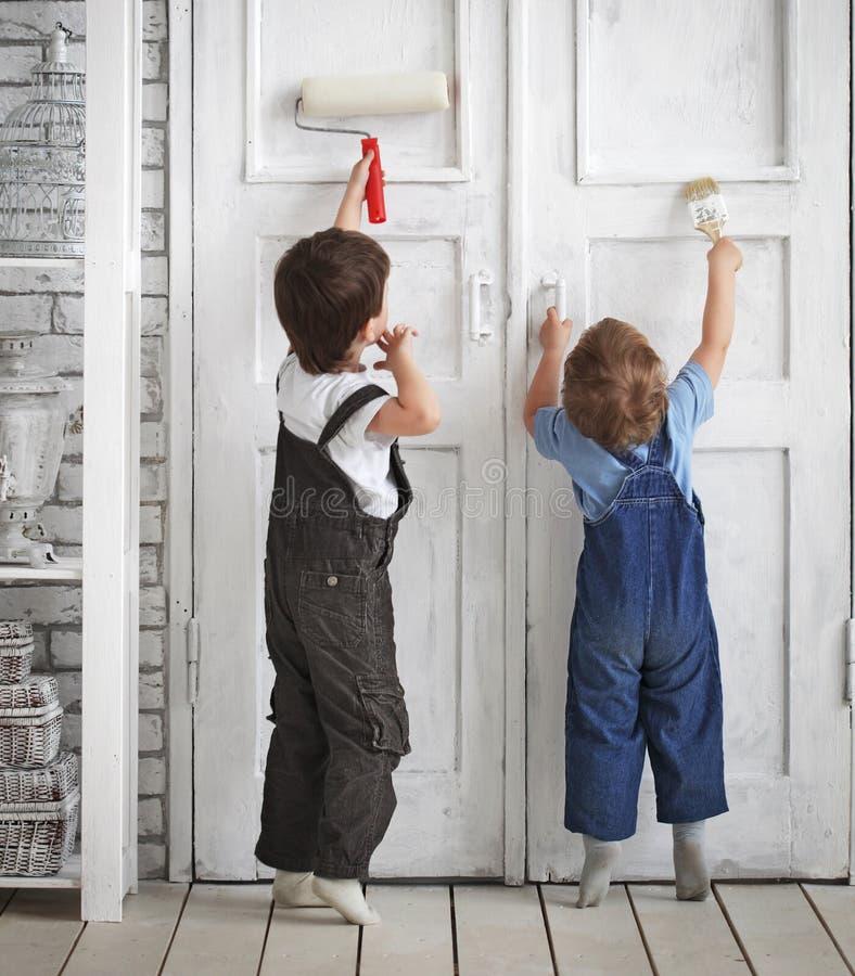 Δύο παιδιά χρωματίζουν στο εσωτερικό στοκ φωτογραφία με δικαίωμα ελεύθερης χρήσης