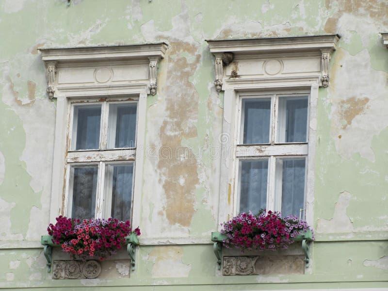 Δύο παλαιά ρομαντικά παράθυρα στο παλαιό σπίτι στοκ φωτογραφία