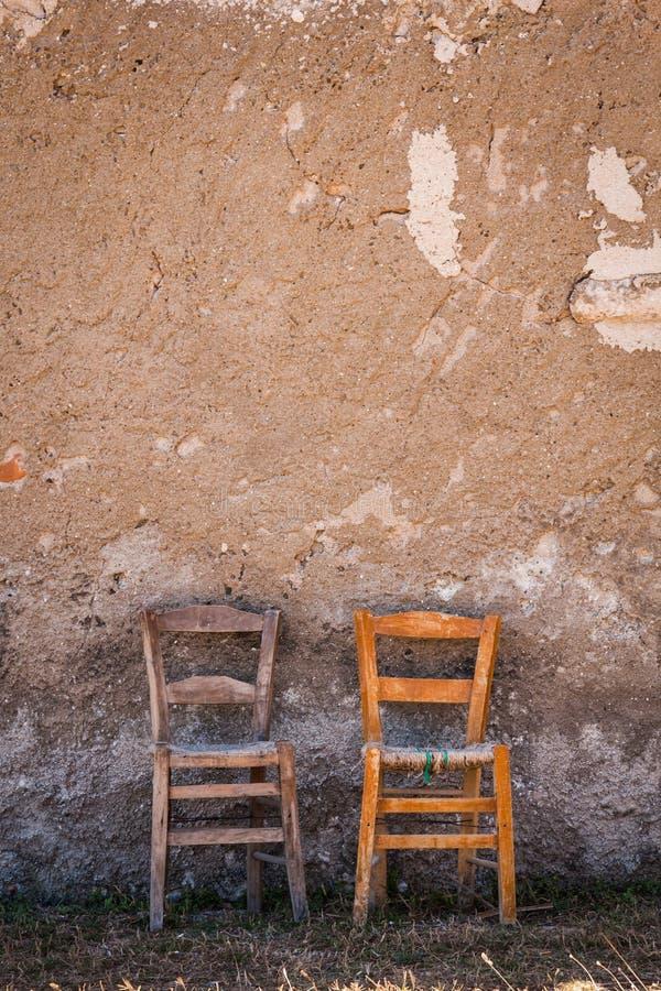 Δύο παλαιές καρέκλες μπροστά από τον τοίχο στοκ εικόνα με δικαίωμα ελεύθερης χρήσης