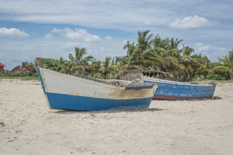Δύο παλαιές μπλε βάρκες ψαράδων στοκ φωτογραφίες