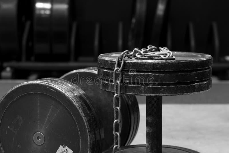 Δύο παλαιοί και χρησιμοποιημένοι αλτήρες μετάλλων γυμναστικής μαύροι με την ασημένια αλυσίδα Εξοπλισμός γυμναστικής στοκ εικόνα με δικαίωμα ελεύθερης χρήσης