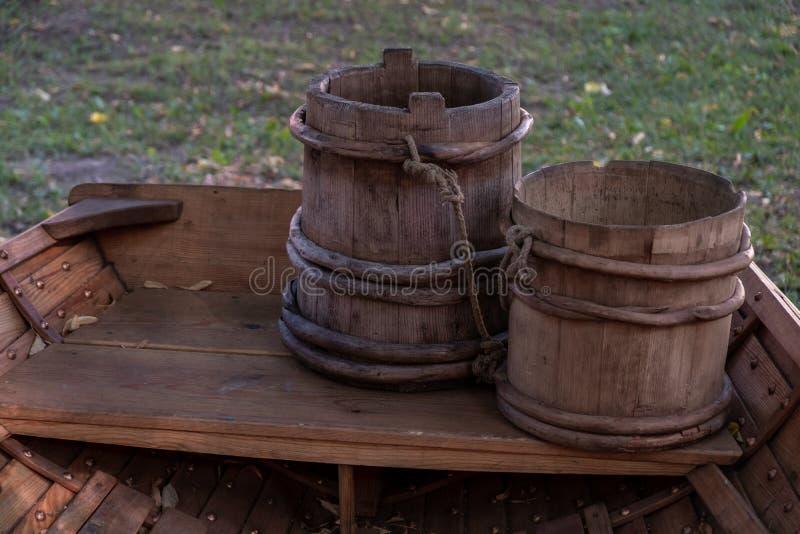 Δύο παλαιοί ξύλινοι κάδοι Δύο κάδοι είναι στη βάρκα στοκ εικόνες με δικαίωμα ελεύθερης χρήσης