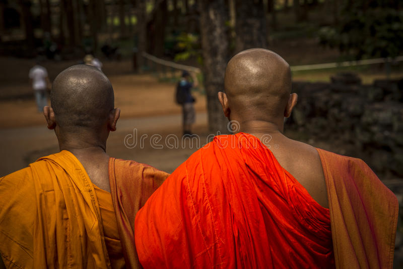 Δύο παλαιότεροι μοναχοί που εξετάζουν τον τουρίστα στοκ εικόνα