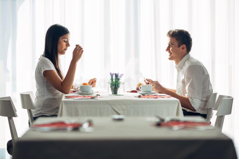 Δύο περιστασιακοί νέοι ενήλικοι που έχουν μια συνομιλία πέρα από ένα γεύμα Επίσημη πρόταση, που μιλά σε ένα εστιατόριο Να δοκιμάσ στοκ εικόνες