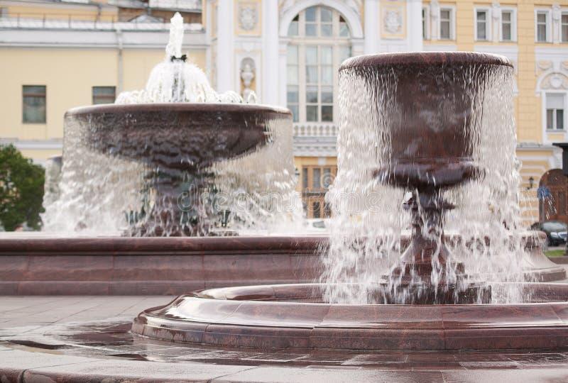 Δύο πηγές με το ρέοντας νερό στο τετράγωνο ή στο πάρκο στο κεντρικό μέρος της πόλης στοκ εικόνες με δικαίωμα ελεύθερης χρήσης