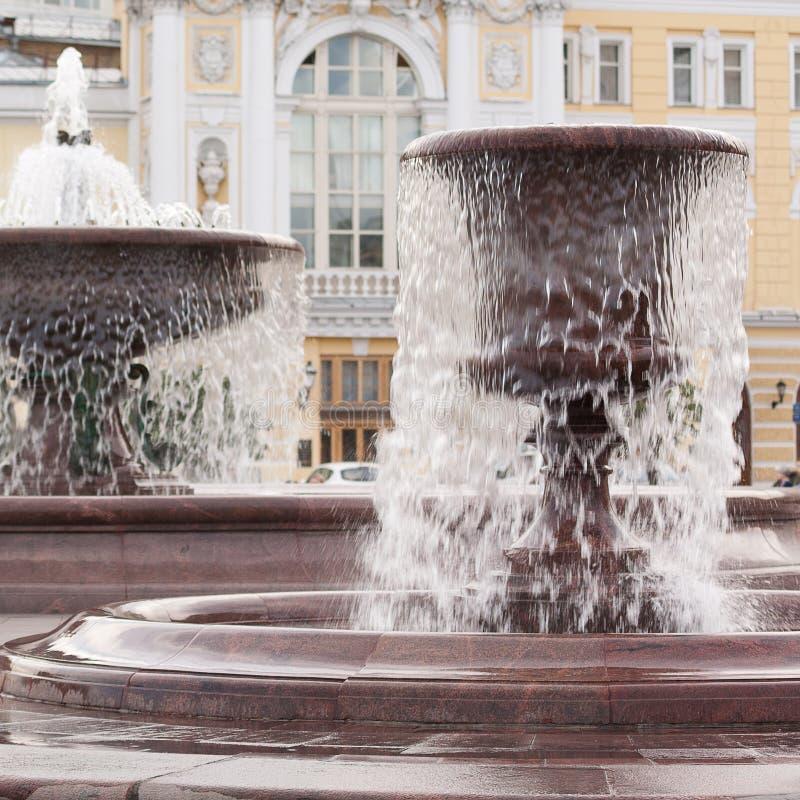 Δύο πηγές με το ρέοντας νερό στο τετράγωνο ή στο πάρκο στο κεντρικό μέρος της πόλης στοκ φωτογραφία