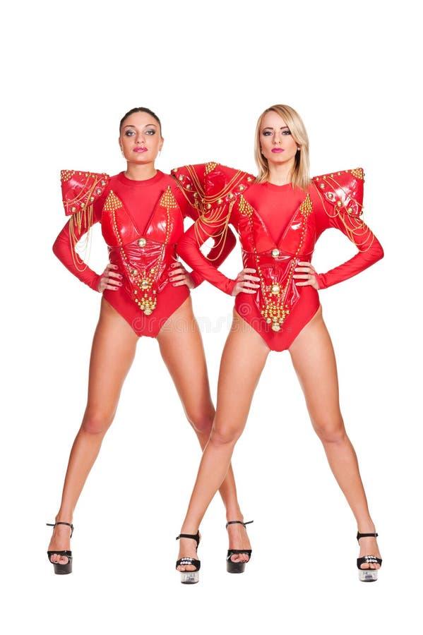 Δύο πηγαίνω-πηγαίνουν χορευτές στο κόκκινο σκηνικό κοστούμι στοκ εικόνες