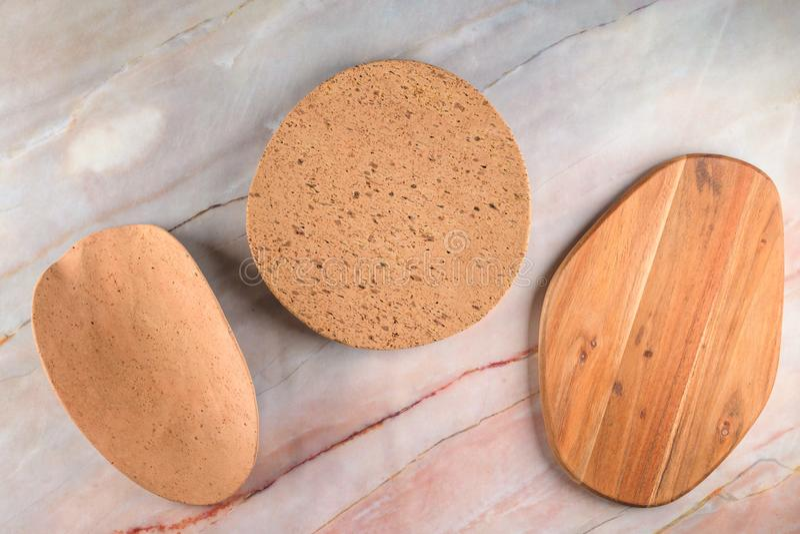 Δύο πιάτα φελλού και ξύλινος πίνακας σε ένα γκρίζο μαρμάρινο υπόβαθρο στοκ εικόνες