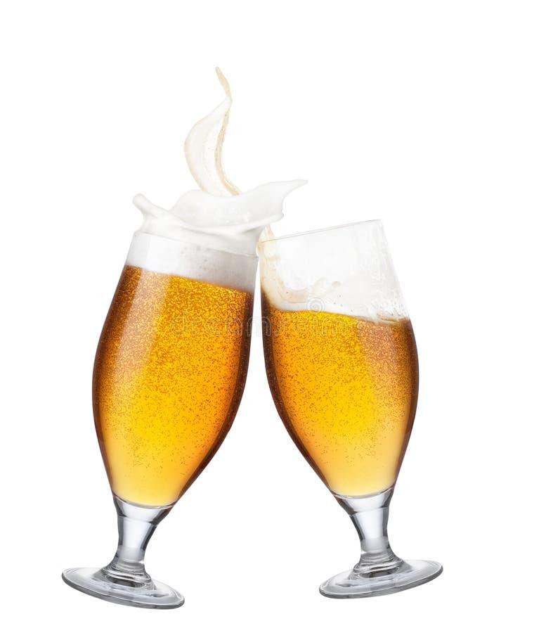 Δύο ποτήρια της μπύρας με τον παφλασμό στοκ φωτογραφία