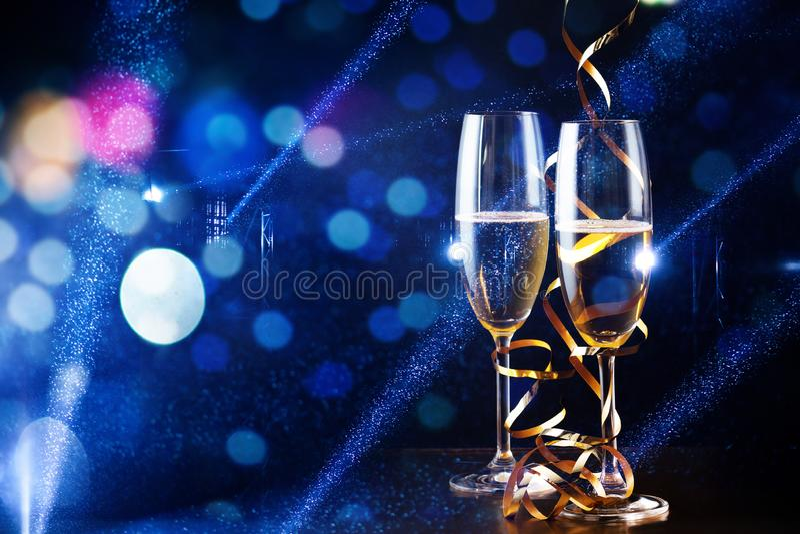δύο ποτήρια της σαμπάνιας στο επίκεντρο - νέος εορτασμός έτους στοκ φωτογραφία με δικαίωμα ελεύθερης χρήσης