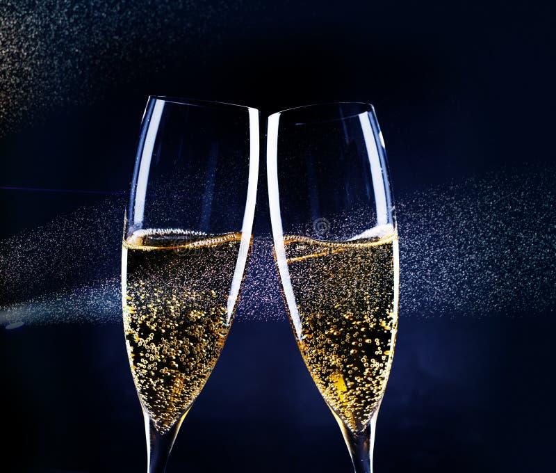δύο ποτήρια της σαμπάνιας στο επίκεντρο - νέος εορτασμός έτους στοκ εικόνες με δικαίωμα ελεύθερης χρήσης