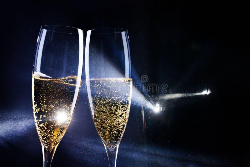 δύο ποτήρια της σαμπάνιας στο επίκεντρο - νέος εορτασμός έτους στοκ φωτογραφία