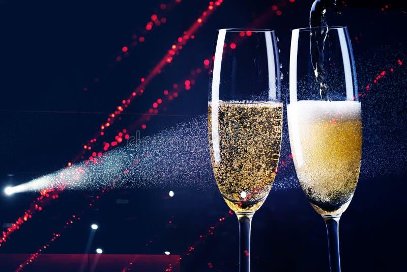 δύο ποτήρια της σαμπάνιας στο επίκεντρο - νέος εορτασμός έτους στοκ εικόνες