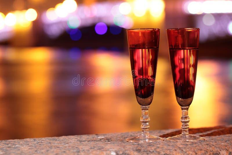 Download Δύο ποτήρια της σαμπάνιας υπαίθρια Στοκ Εικόνα - εικόνα από αντίγραφο, σαμπάνια: 62705091