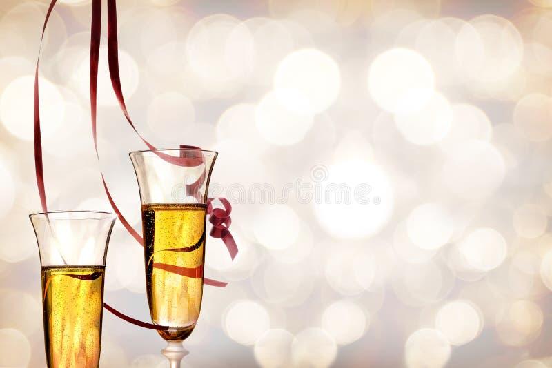 Δύο ποτήρια του λαμπιρίζοντας άσπρου κρασιού και της ένωσης κορδελλών στοκ φωτογραφίες με δικαίωμα ελεύθερης χρήσης