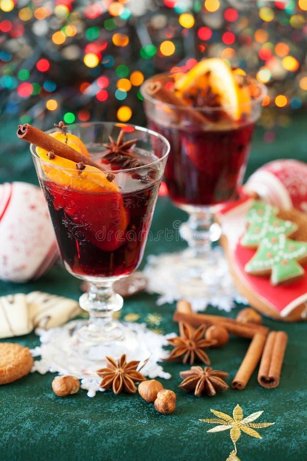 Δύο ποτήρια του θερμαμένου κρασιού με τα μπισκότα στοκ φωτογραφίες