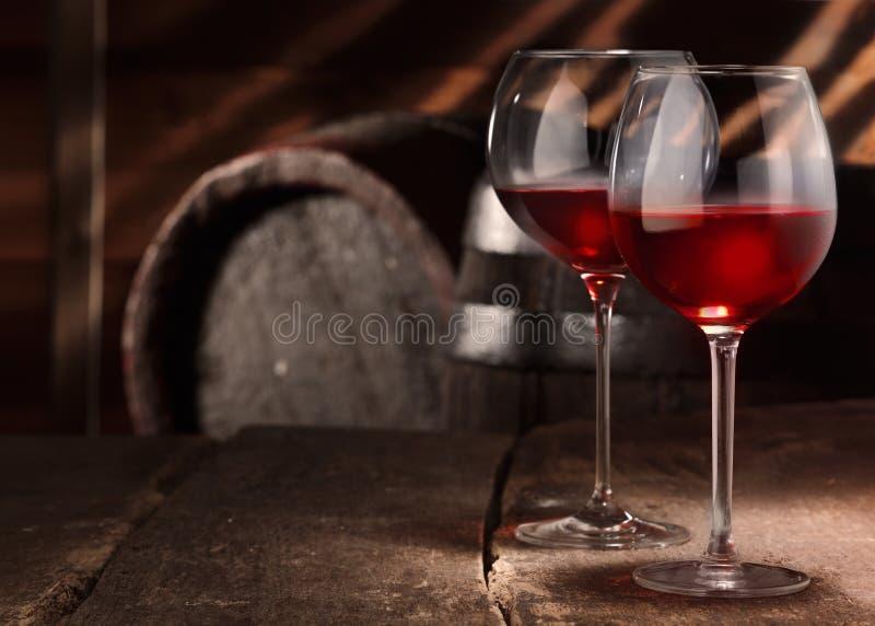 Δύο ποτήρια του κόκκινου κρασιού σε έναν πίνακα στοκ φωτογραφίες με δικαίωμα ελεύθερης χρήσης