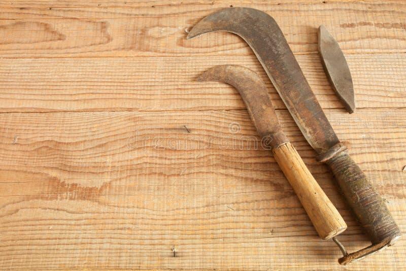 Δύο που χρονολογούνται και χρησιμοποιημένα κλαδευτήρια στο ξύλινο υπόβαθρο στοκ εικόνα με δικαίωμα ελεύθερης χρήσης