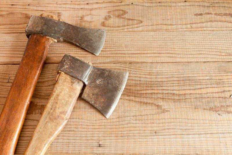 Δύο που χρονολογούνται και χρησιμοποιημένοι μπαλτάδες στο ξύλινο υπόβαθρο στοκ φωτογραφία με δικαίωμα ελεύθερης χρήσης