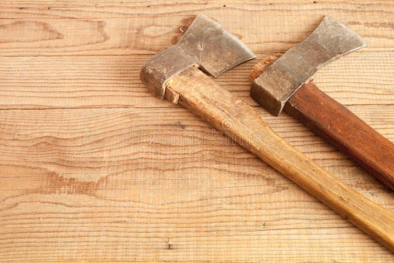 Δύο που χρονολογούνται και χρησιμοποιημένοι μπαλτάδες στο ξύλινο υπόβαθρο στοκ εικόνα με δικαίωμα ελεύθερης χρήσης