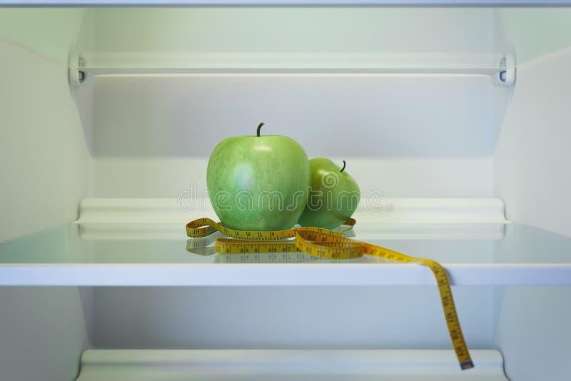 Δύο πράσινα μήλα στο ψυγείο με τη μέτρηση της ταινίας r διανυσματική απεικόνιση