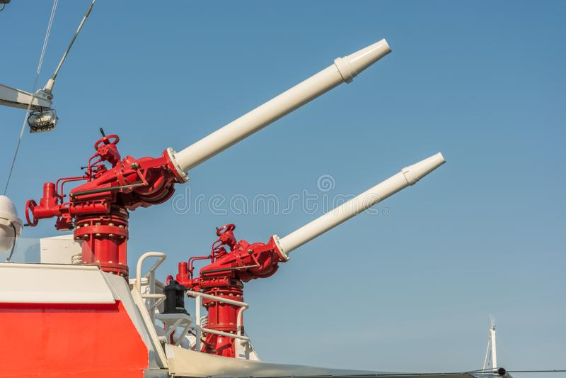 Δύο πυροβόλα νερού σε ένα σκάφος της διάσωσης θάλασσας στοκ εικόνες
