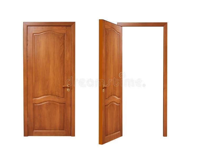 Δύο πόρτες, ανοικτός και κλειστός σε ένα άσπρο υπόβαθρο στοκ φωτογραφία με δικαίωμα ελεύθερης χρήσης