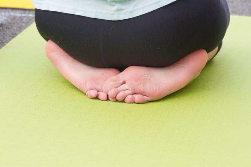 Δύο πόδια γυναικών ` s από πίσω μπακαράδων Άσκηση γιόγκας στοκ φωτογραφία με δικαίωμα ελεύθερης χρήσης