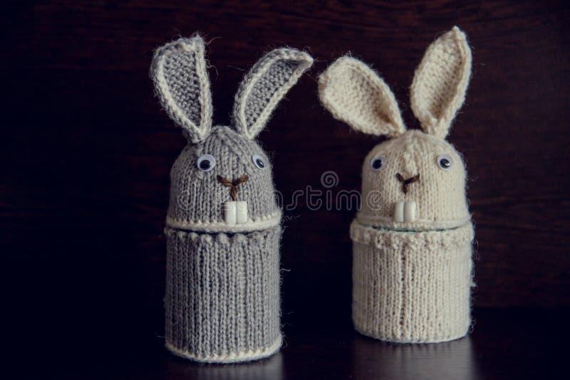 Δύο πλεκτά κουνέλι δώρα Πάσχας για τις διακοπές στοκ φωτογραφία με δικαίωμα ελεύθερης χρήσης