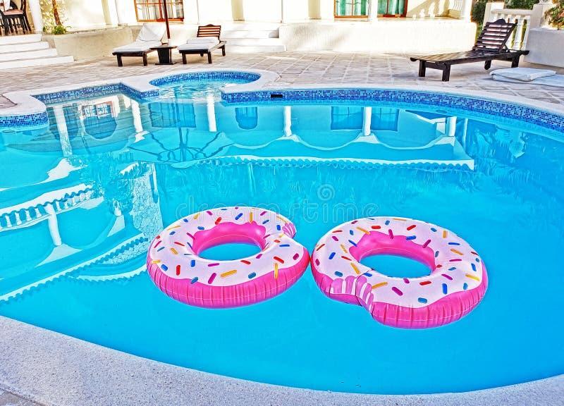 Δύο ρόδινα δαχτυλίδια επιπλεόντων σωμάτων σε μια πισίνα στοκ φωτογραφία